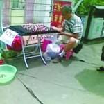 城管队员晚上摆摊卖泥人 称工资不够儿子学费