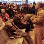 组图:老人太原火车站去世 僧人现场握手超度_