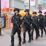 组图:成都黑豹女特警队员持步枪手枪上路巡逻