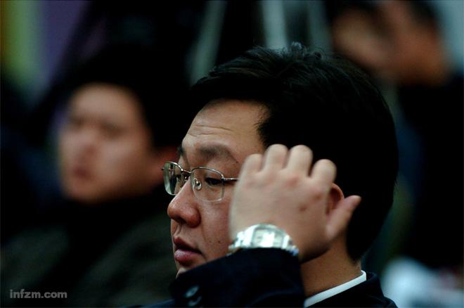 中国职业足球超级联赛(以下简称中超联赛)俱乐部投资人联席会议第三次会议于2004年11月20日(星期六)在北京举行,会议由辽宁足球俱乐部执行董事张曙光主持,北京国安、大连实德、深圳健力宝、辽宁、上海中远、青岛颐中和四川冠城七家俱乐部投资人及代表出席了会议。大连实德徐明。 (东木/东方IC/图)