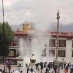 唯色   5月27日,两名藏人在拉萨大昭寺前自焚