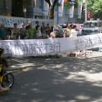 维权网 | 西安第二印刷厂在门前泼屎尿阻止职工静坐抗议(图)