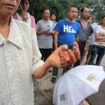 维权网 | 四川德阳民房遭强拆,警察看着房主被打伤(图)
