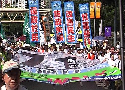 网络民议| 胡锡进中英混用论香港七一游行