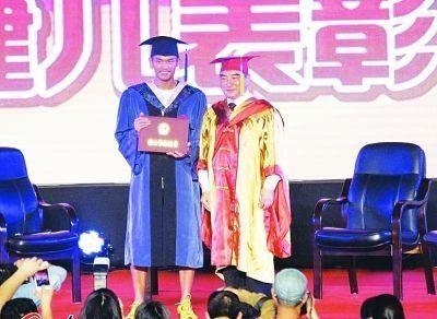 武汉晨报   林丹获硕士学位 网友:四级过了吗