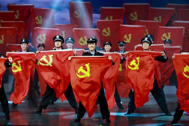 2012年10月29日,海南省政府的公务员手举党旗在一个迎接18大召开的盛会上表演。
