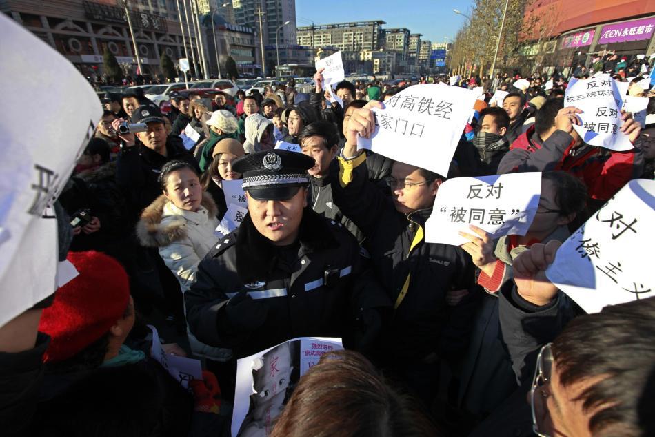 自由亚洲 | 上海浦东万人上街抗议 成功阻电池厂落户当地