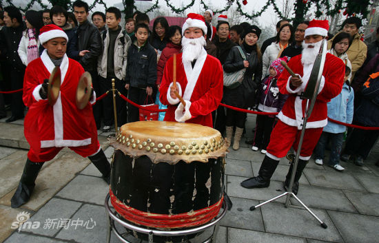 新浪 | 外媒看中式圣诞:圣诞老人吹萨克斯令人困惑