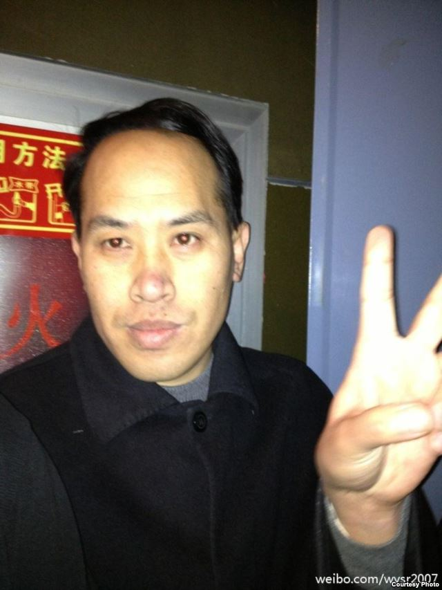 挥拳打李承鹏的山东律师尹国明(网友微博图片/五岳散人)