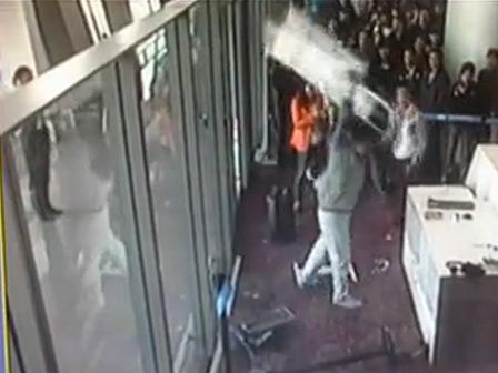 BBC | 英媒:怒砸机场凸显中国官员傲慢与权势