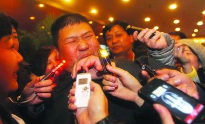 美国之音 | 中国网络观察:二会一笑话