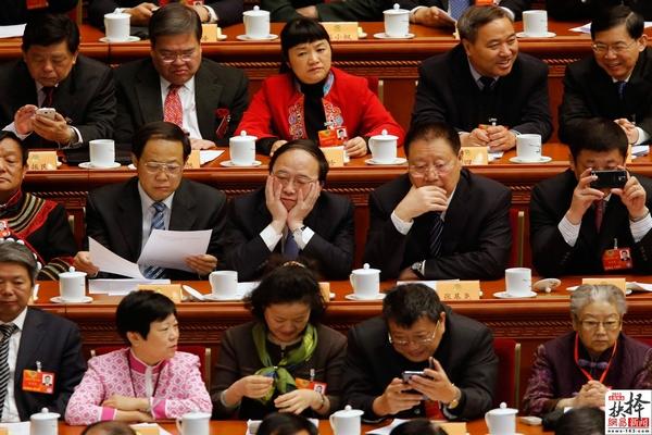 3月12日,北京,全国政协十二届一次会议在北京人民大会堂举行闭幕大会,与会委员等待领导人出席,表情、姿态各异。