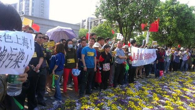 图片: 市民手拿标语,抗议国轩电池厂落户居民取水口附近。 (中国茉莉花革命网)