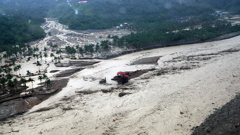 BBC | 四川强降雨致山体滑坡30多人被埋