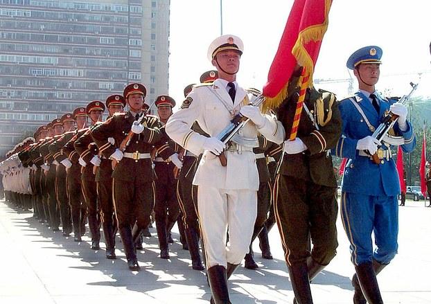 资料图片:2005年8月23日,中国人民解放军三军仪仗队列队前进。(维基百科)