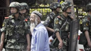 "BBC | 新疆军警""突袭地下武器库打死12人"""