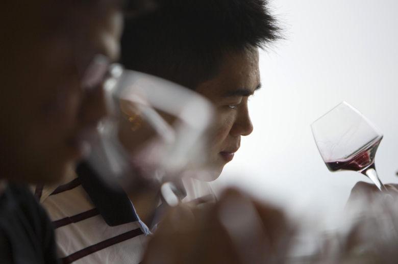 dos-hombres-prueban-un-vaso-de-vino-espanol-durante-una-feria-en-hong-kong-reuters