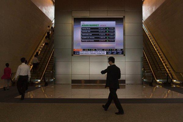 香港,路人走过播放彭博电视节目的大屏幕前。