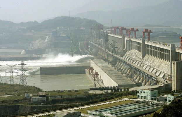 科学考察报告说金沙江固有的鱼类绝大部分已经消失,而长江中的主要鱼类数量也急剧减少,鱼苗数不足过去的1%了。图为三峡大坝。(AFP)
