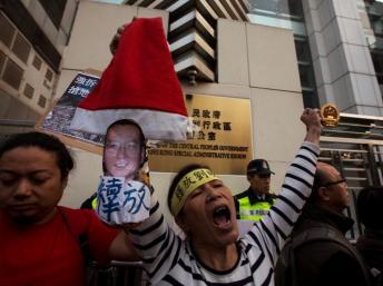 香港民主派团体敦促北京释放中国诺贝尔和平奖得主刘晓波和妻子刘霞2013年12月25日。 Reuters/路透社