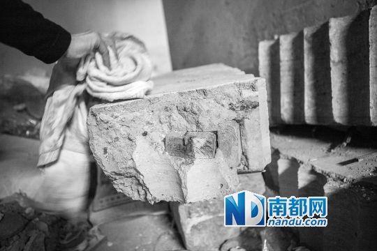 挖出的墙体中木头清晰可见。