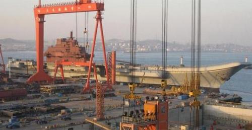 资料图:在大连造船厂舾装时期的辽宁号航母