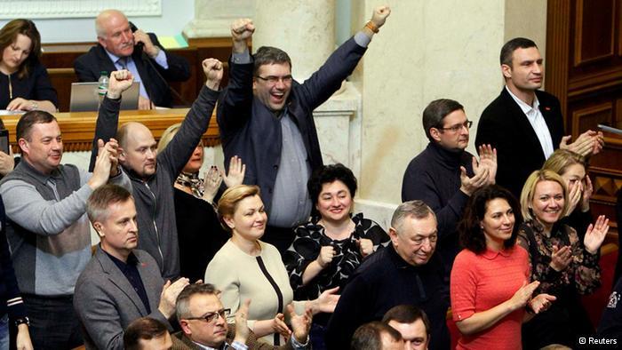 议会反对派代表听到罢免总统亚努科维奇决定后欢呼雀跃
