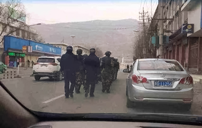 图片: 青海泽库县自焚事件发生后,军警进驻同仁县戒备。 (居住欧洲藏人丹增提供/记者丹珍)