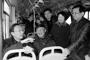 缪瑞林在车上与市民、乘委会委员交流 通讯员 卜照雪 摄