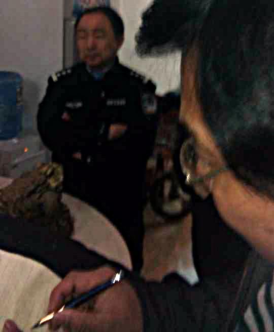 图片: 声援者在警察面前做笔录。 (网民提供/记者乔龙)