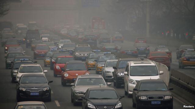 雾霾笼罩下行驶在北京二环路上的汽车。(2014年2月26日)
