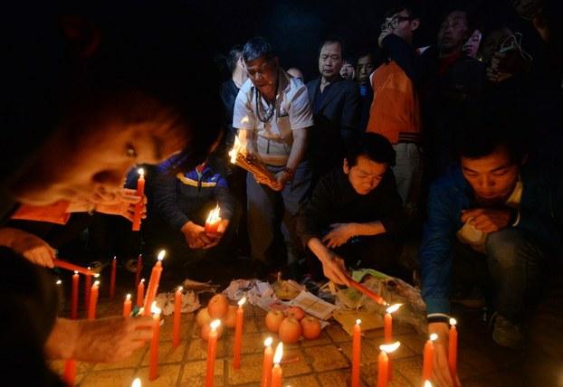 图片: 民众为昆明火车站袭击案的遇害者举行哀悼活动。 (法新社图片)