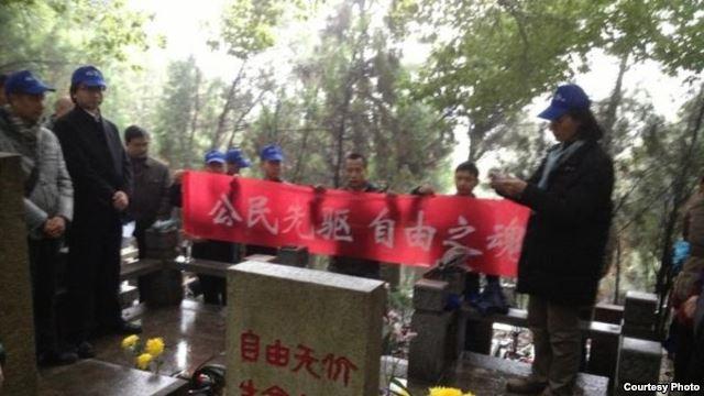 过去各地网友在林昭墓前凭吊(网友公民小彪推特图片)