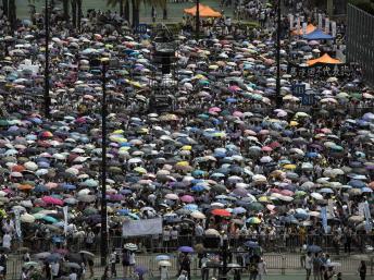 香港人7月1日冒雨游行 路透社
