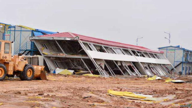 140720050317_cn_china_typhoon_beihai_collapse_624x351_xinhua