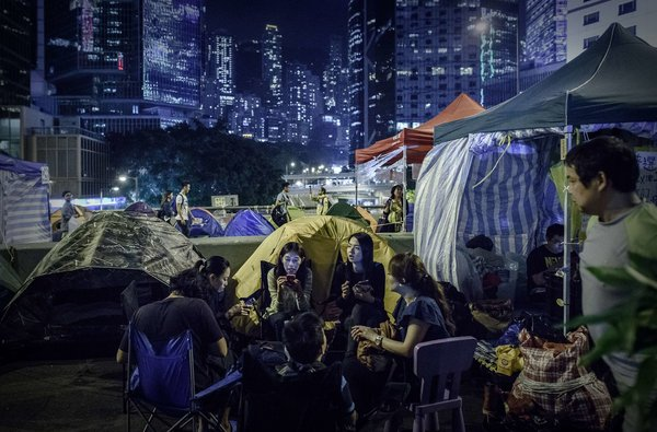 亲民主示威者周五在香港的帐篷区。支持他们的艺人面临封杀