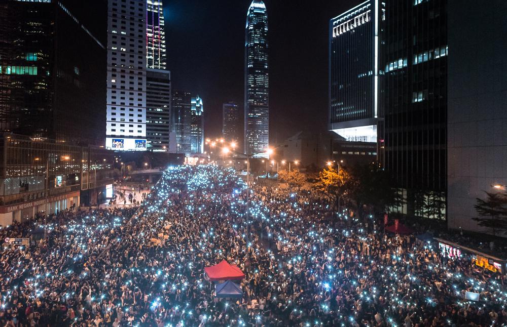 「遮打革命」的示威者占领了中环一带。入夜后,他们挥舞起手机互相打气(alfredkhc / Flickr)