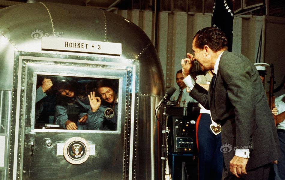 """美国总统尼克松和阿波罗11 号的三位宇航员打着""""OK""""手势互致问候"""