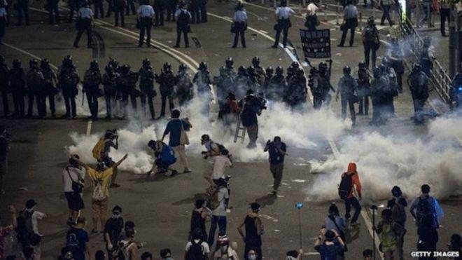 香港政府一个鲁莽的镇压行动及催泪弹, 使局面完全改变。