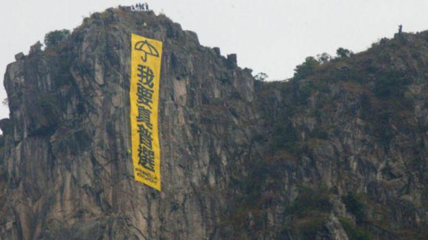 悬挂在香港狮子山上的巨型黄色条幅,象征着香港精神归属感。