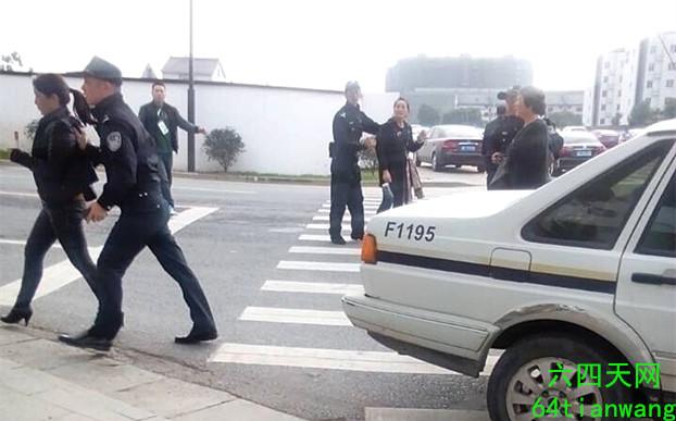 下午14时25分,7人均被抓上警车(六四天网)