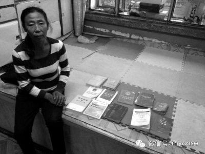 景春妻子向记者展示景春为学习法律购置的大量书籍