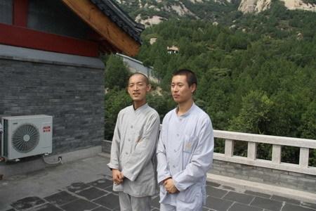 """曾以满分摘得国际数学奥赛金牌的""""数学天才""""柳智宇(左)现已在龙泉寺出家,法号圣宇"""