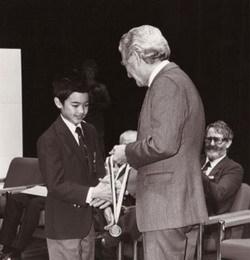 1988年,13岁的陶哲轩从时任澳大利亚总理鲍勃·霍克手中接受国际数学奥利匹克金牌