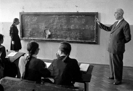 1950年代末期,摄影家埃里希·莱辛生镜头下的苏联中学生在上数学课