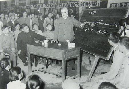 1974年冬,华罗庚在广西深入车间讲解优选法
