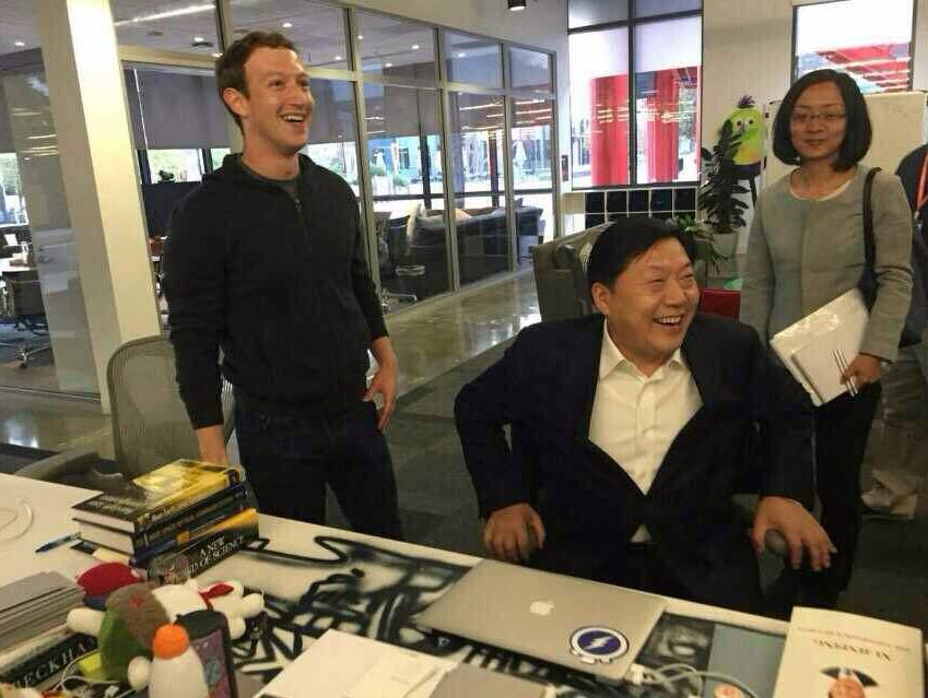 中国网 | 鲁炜考察脸书 扎克伯格办公桌放习近平著作