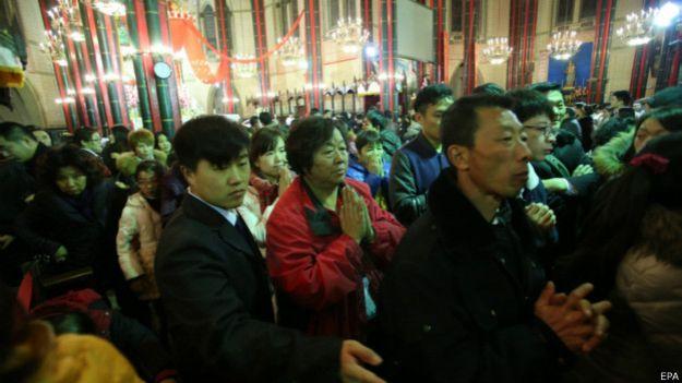 2014年平安夜,北京西什库教堂内聚集了大量人群参加祈祷仪式。美联社指,中国基督教徒人数猛增,可能与中国共产党党员人数相当。