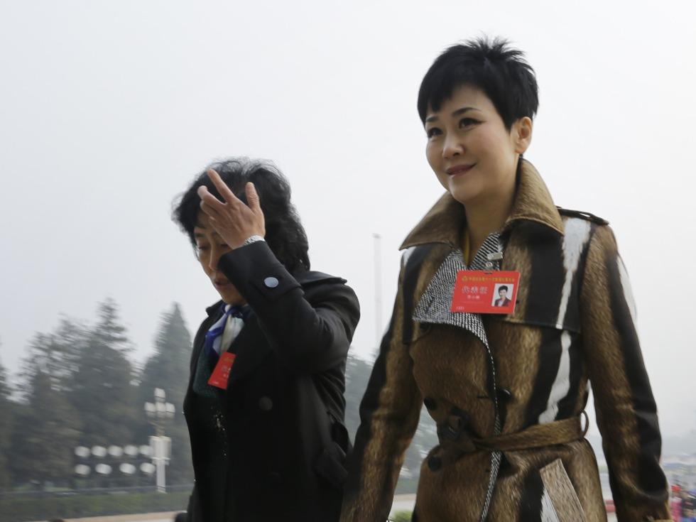 多维|牵扯头号通缉犯 李小琳频陷舆论漩涡背后