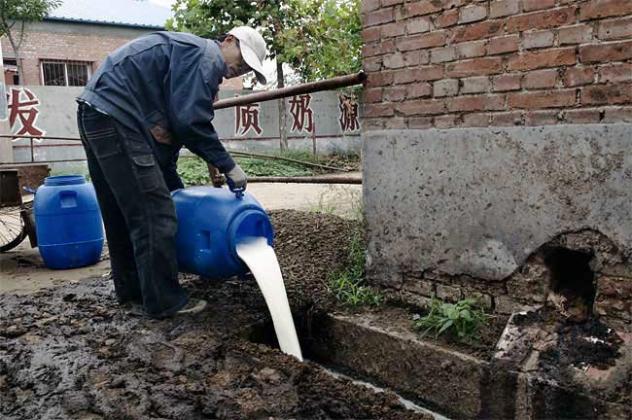 东网|项小凯:奶农倒奶:2015年中国经济将继续恶化